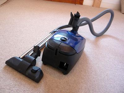 почистване на килим с прахосмукачка